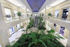 Corridoio con la scala mobile nel centro commerciale della città del croco Immagine Stock