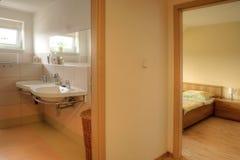 Corridoio con la stanza da bagno e la camera da letto Fotografia Stock Libera da Diritti