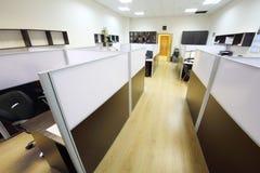 Corridoio con le aree di lavoro vuote Immagini Stock