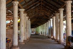 Corridoio con le colonne e le stalle del ricordo che conducono alla cima di Shwe Indein, lago Inle, Shan State, Myanmar immagine stock