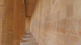Corridoio con le colonne nella costruzione video d archivio