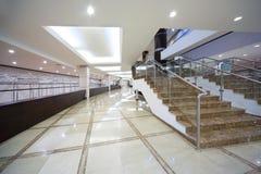 Corridoio con spogliatoio e la scala Fotografia Stock