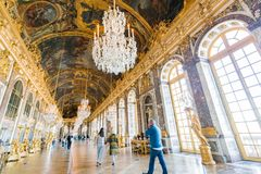 Corridoio degli specchi del palazzo famoso di Versailles fotografia stock