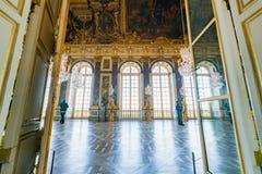 Corridoio degli specchi del palazzo famoso di Versailles fotografia stock libera da diritti