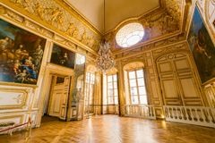 Corridoio degli specchi del palazzo famoso di Versailles immagini stock libere da diritti