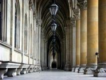 Corridoio del comune più interier con le lanterne e le colonne in rathaus di Vienna Fotografie Stock Libere da Diritti