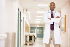 Corridoio del dottore Standing In A Hospital Immagini Stock Libere da Diritti