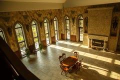 Corridoio del palazzo del castello con le grandi finestre Fotografia Stock Libera da Diritti