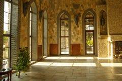 Corridoio del palazzo del castello con le grandi finestre Fotografie Stock