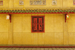 Corridoio del passaggio pedonale dietro le finestre rosse Immagine Stock Libera da Diritti