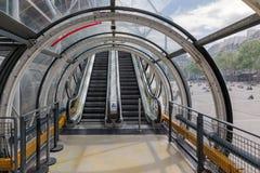 Corridoio del tubo di vetro con la scala mobile al centro di Pompidou a Parigi Fotografia Stock