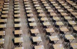 Corridoio dell'esame installato con le sedie e gli scrittori di legno Fotografato a Queen Mary, università di Londra fotografie stock