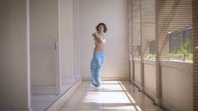 Modelli In Costume Da Bagno Blu Con Una Figura Sexy Stock Footage