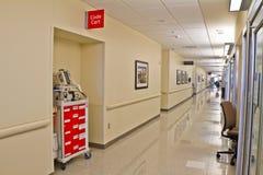 Corridoio dell'ospedale del carrello di codice di emergenza Immagini Stock Libere da Diritti