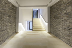 Corridoio della parete di pietra con la scala Fotografie Stock Libere da Diritti