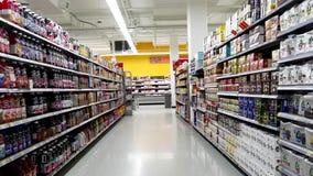 Corridoio delle bevande nel deposito di Walmart video d archivio