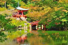 Corridoio di Bentendo, un ponte e uno stagno al tempio di Daigoji fotografia stock