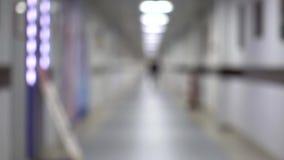 Corridoio di camminata dell'uomo della siluetta Fucilazione tenuta in mano del corridoio lungo vago stock footage