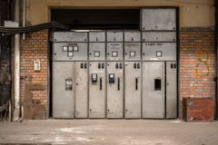 Corridoio di distribuzione di elettricità nell'industria metalmeccanica immagini stock