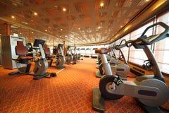 Corridoio di ginnastica con la bicicletta di esercitazione in nave da crociera Fotografie Stock Libere da Diritti