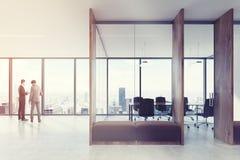 Corridoio di legno dell'ufficio, lato marrone dei sofà tonificato Fotografie Stock
