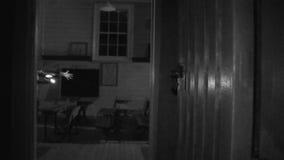 Corridoio di una casa in bianco e nero video d archivio