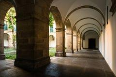 Corridoio di vecchia costruzione del monastero Immagini Stock Libere da Diritti