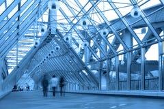 Corridoio di vetro blu in ponticello immagini stock