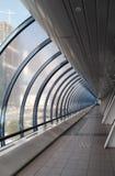 Corridoio di vetro nel centro moderno dell'ufficio immagine stock libera da diritti
