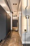 Corridoio domestico con il guardaroba immagine stock libera da diritti