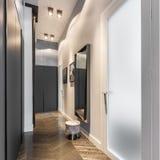 Corridoio domestico con il guardaroba nero immagini stock