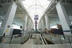 Corridoio e scale mobili nell'aeroporto di Guangzhou Fotografie Stock Libere da Diritti