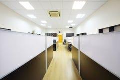 Corridoio ed aree di lavoro con i desktop Fotografia Stock