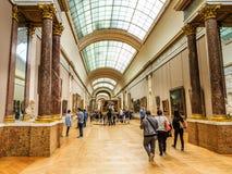 Corridoio ed ospiti delle pitture del museo del Louvre che lo guardano parigi Franco Immagine Stock Libera da Diritti