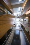Corridoio interno dell'alta costruzione moderna di aumento con il lig di prospettiva Immagini Stock Libere da Diritti