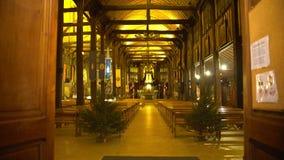 Corridoio luminoso della chiesa con due abeti dentro, uguagliando servizio di culto, religione video d archivio