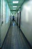 Corridoio lungo che conduce per uscire Immagine Stock