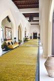 Corridoio lungo con il disegno arabo Immagine Stock Libera da Diritti