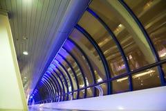 Corridoio lungo con le grandi finestre in costruzione moderna Fotografia Stock