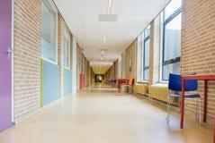 Corridoio lungo con mobilia nell'edificio scolastico Fotografia Stock