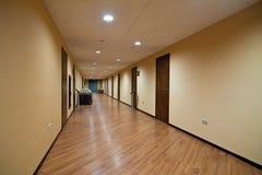 Corridoio lungo dell'hotel Immagine Stock Libera da Diritti