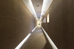 Plafoniere Per Corridoio : Corridoio lungo dell hotel con il pavimento e le plafoniere