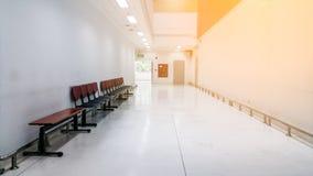 Lungo Il Corridoio In Inglese : Corridoio luminoso lungo con le porte ed il pavimento di legno