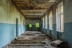 Lungo Il Corridoio In Inglese : Corridoio lungo rovinato della scuola abbandonata dopo cernobyl