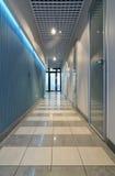 Corridoio lungo in ufficio Immagine Stock