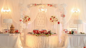 Corridoio lussuoso di nozze in ristorante decorato con i fiori rossi e bianchi archivi video
