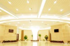 Corridoio moderno all'interno del centro dell'ufficio Fotografie Stock Libere da Diritti