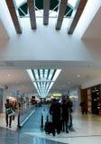 Corridoio moderno dell'aeroporto con i passeggeri a Panama City Fotografie Stock
