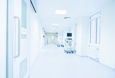 Corridoio moderno dell'ospedale acceso da una luce intensa Fotografia Stock Libera da Diritti
