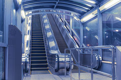 Corridoio moderno delle scale mobili Immagini Stock Libere da Diritti